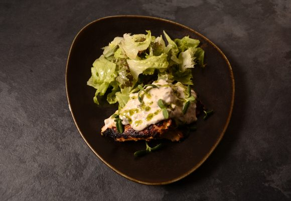 Лимоново пилешко филе, гарнирано с микс от свежи зелени салати, класически сос Тартар и босилеково песто