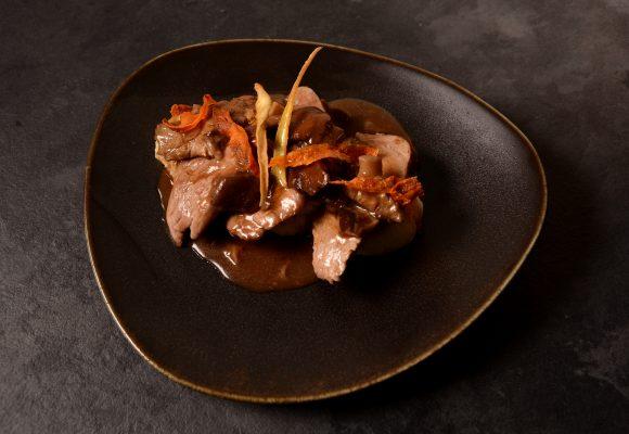 Скалопини от свинско бон филе с манатарки, поднесени с картофено пюре.