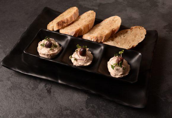 Домашно приготвен тарама хайвер с препечени билкови хлебчета