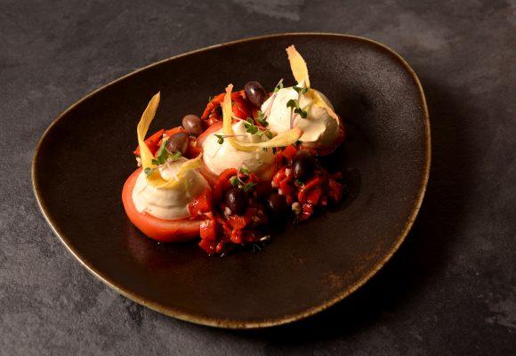 Мус от меки сирена с розмарин и сушени домати върху канапе от белени домати, печен пипер и мариновани маслини