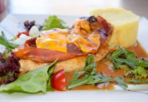 Гриловано пилешко филе гратинирано с прошуто, скаморца и сушени домати ,гарнирано с картофено пюре и сос Волей
