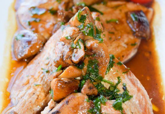 Скалопини от свинско бон филе с манатарки поднесени с картофено пюре и свежи салати